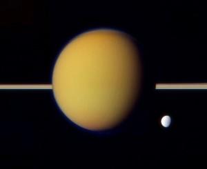 Titán (al centro) y Dione (abajo a la derecha) fotografiadas por Cassini en 2011. Crédito: NASA/JPL/SSI/J. Major.