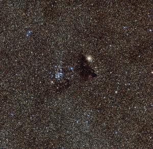 El brillante cúmulo estelar NGC 6520 y su vecina, Barnard 86, una nube oscura de extraña forma. Crédito: ESO.