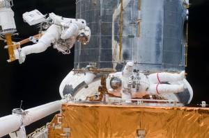 Astronautas y Hubble en SM4