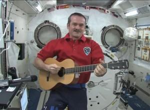 Chris Hadfield tocando música