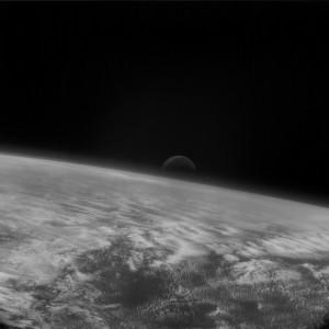 La Luna elevándose sobre la Tierra