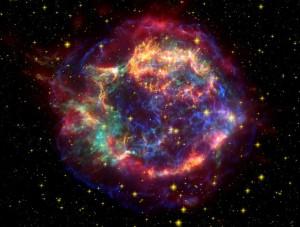 La nebulosa de Cassiopeia A es el remanente gaseoso de una explosión de supernova cuya luz llegó a la Tierra alrededor del año 1680. Las asimetrías y la estructura filamentosa de esta gran nube de restos estelares son una consecuencia de la formación de grumos y de procesos de mezcla. Estos procesos fueron simulados por primera vez en tres dimensiones por el equipo del Instituto Max Planck.
