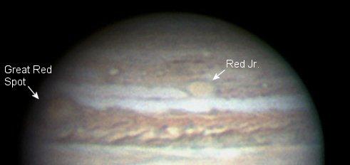 """Las manchas rojas de Júpiter, fotografiadas por el astrónomo aficionado Christopher Go, el 27 de febrero de 2006. El nombre oficial de esta tormenta es """"Oval BA"""", pero """"Red Jr."""" queda mejor."""