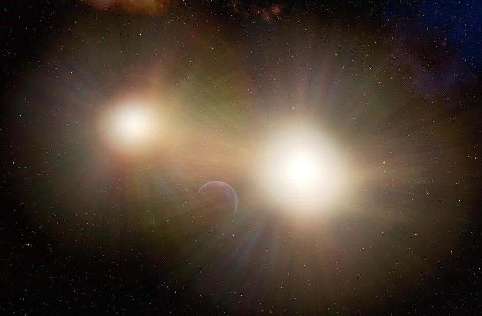 Planeta perdido en brillo de estrellas binarias